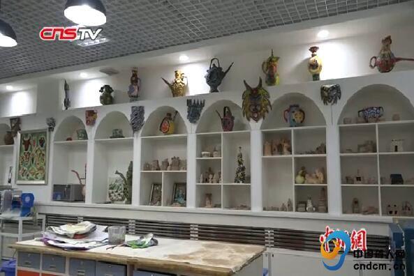 乌鲁木齐聋人学校师生用废品做陶罐