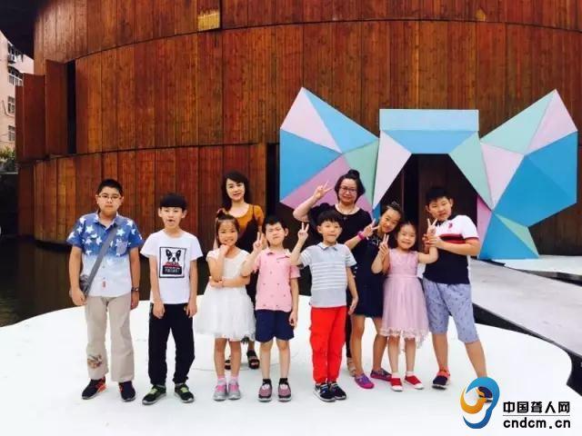 上海小海豚合唱团的师生们   在青岛广电影视剧场里,小海豚和志愿者老师们表演了10个节目,有独唱、合唱、有京韵大鼓和古琴琴歌,不愧为屡次国际大赛获奖的团队,每一首歌曲都被孩子们演绎得动情又传神。中央电视台少儿频道和网易音乐也都同步记录和报道了本次演出。