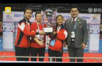 两听障女孩获世界足球比赛冠军,爱心人士助其戴上助听器