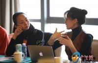 政协文艺界别小组会议 工作人员用手语和邰丽华交流