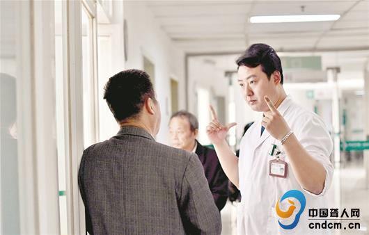 武汉医生自学手语为听障患者当8年翻译,入选全国最美志愿者